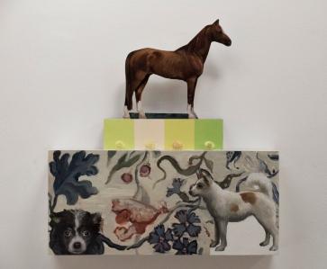 Pieni hevonen ja koirat, öljyvåri, pleksilaatikko, lasihelmiä/ Liten häst och hundar, oljemålning, plexiglaslåda, glaspärlor/ 46 x 44 x 10cm