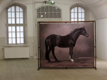 Hevonen nro 3: Öljyvärimaalaus ja metalliteline. Häst nr 3: Oljemålning och metallställning