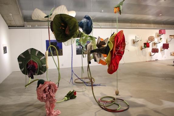 Loistava kukka: Tekstiiliveistos, Porvoon taidehalli/ Tusensköna: Textilskulptur, Borgå konsthall