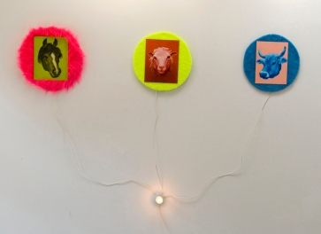 Maaatalon eläimet: Öjyvärimaalaus, tekstiili ja sähkölamppu/ Bondgårdens djur: Oljemålning, textil och lamppa